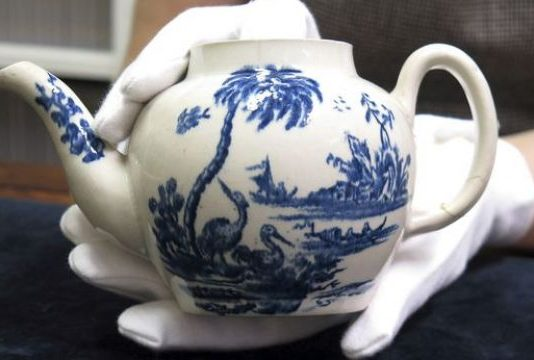 Cracked teapot sells for over half a million pounds in Salisbury (Picture)
