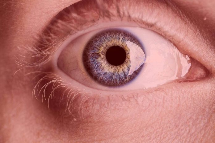 Declining eyesight improved by looking at deep red light (Study)
