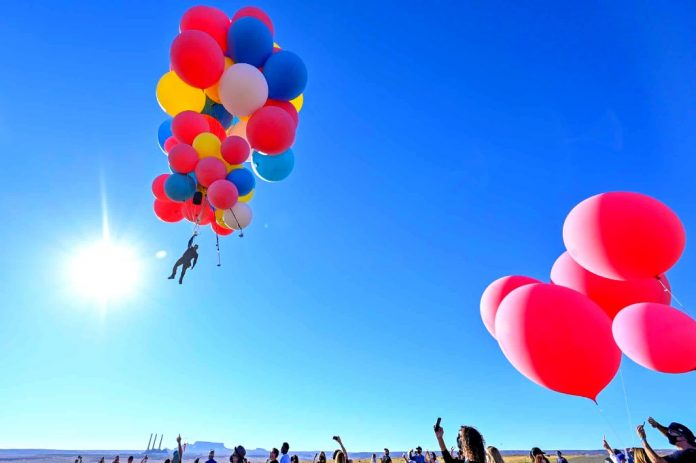 David Blaine uses balloons to fly 2400 feet over Arizona (Video)