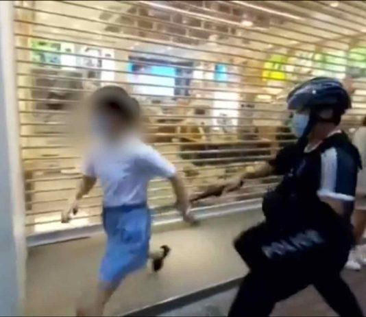 Hong Kong: Girl gets tackled by police during protest (Photo)