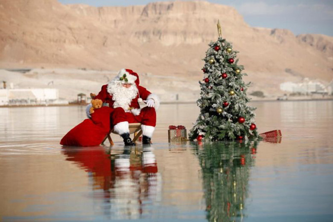 Santa brings Christmas cheer, and a tree, to the Dead Sea (Photo)