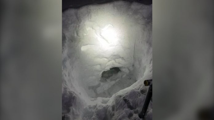 Canada: Teen snowmobiler builds snow cave to wait for rescue