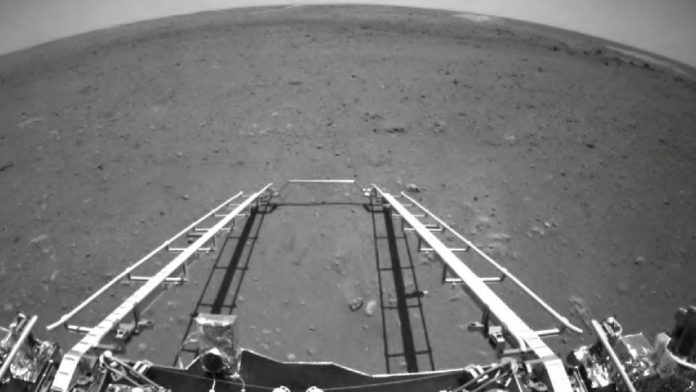 China's Zhurong rover begins exploring Mars (Photo)