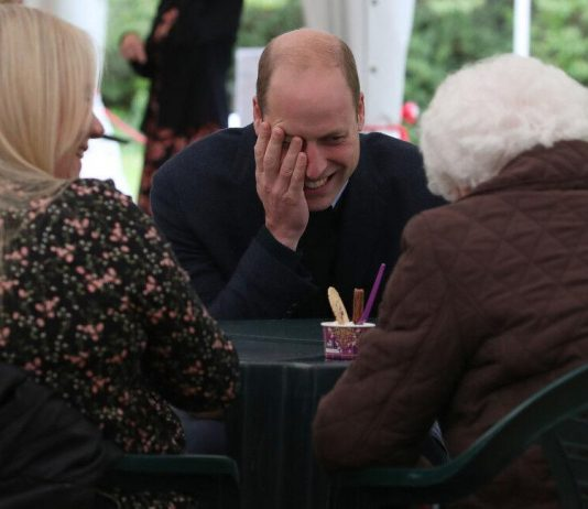 Prince William left blushing after 'flirting' with elderly admirer (Photo)
